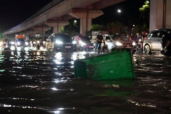 Ảnh, clip: Mưa dông gió giật kèm sấm chớp kinh hoàng ập xuống giờ tan tầm, Hà Nội ngập khắp các tuyến đường-17