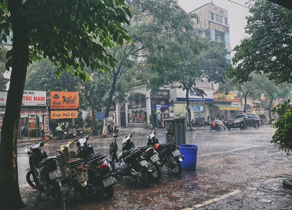 Ảnh, clip: Mưa dông gió giật kèm sấm chớp kinh hoàng ập xuống giờ tan tầm, Hà Nội ngập khắp các tuyến đường-20