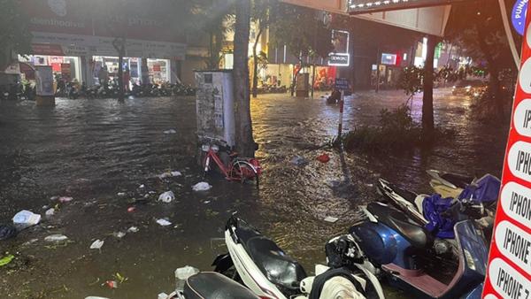 Ảnh, clip: Mưa dông gió giật kèm sấm chớp kinh hoàng ập xuống giờ tan tầm, Hà Nội ngập khắp các tuyến đường-21