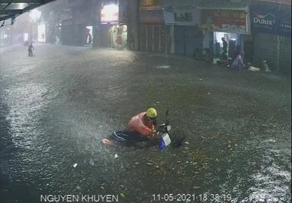 Ảnh, clip: Mưa dông gió giật kèm sấm chớp kinh hoàng ập xuống giờ tan tầm, Hà Nội ngập khắp các tuyến đường-23
