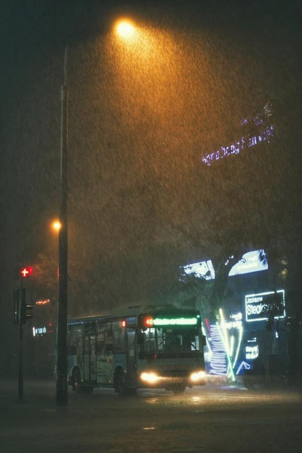 Ảnh, clip: Mưa dông gió giật kèm sấm chớp kinh hoàng ập xuống giờ tan tầm, Hà Nội ngập khắp các tuyến đường-24