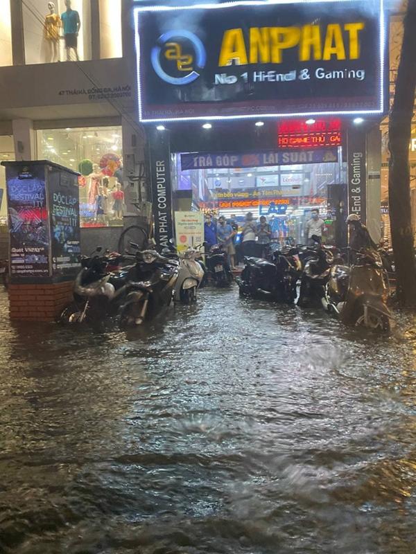Ảnh, clip: Mưa dông gió giật kèm sấm chớp kinh hoàng ập xuống giờ tan tầm, Hà Nội ngập khắp các tuyến đường-25