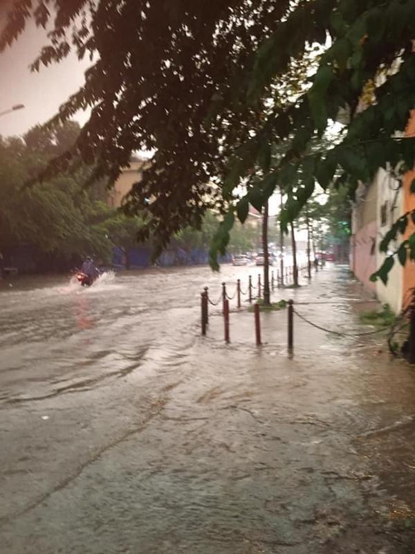 Ảnh, clip: Mưa dông gió giật kèm sấm chớp kinh hoàng ập xuống giờ tan tầm, Hà Nội ngập khắp các tuyến đường-33