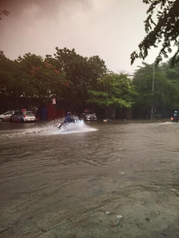 Ảnh, clip: Mưa dông gió giật kèm sấm chớp kinh hoàng ập xuống giờ tan tầm, Hà Nội ngập khắp các tuyến đường-34