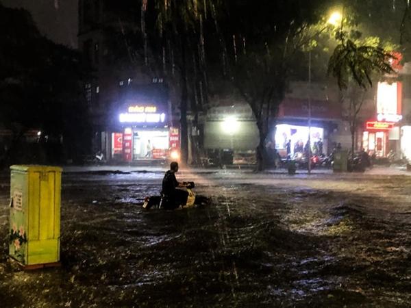 Ảnh, clip: Mưa dông gió giật kèm sấm chớp kinh hoàng ập xuống giờ tan tầm, Hà Nội ngập khắp các tuyến đường-36