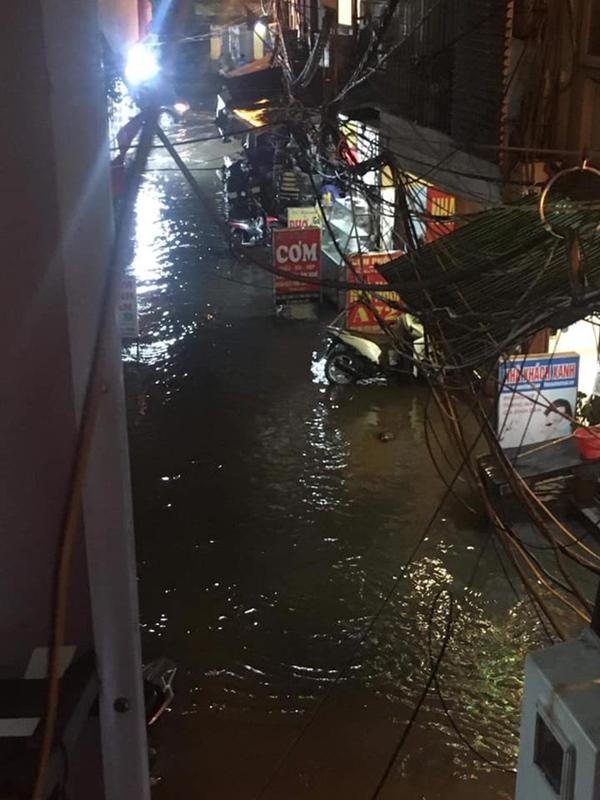 Ảnh, clip: Mưa dông gió giật kèm sấm chớp kinh hoàng ập xuống giờ tan tầm, Hà Nội ngập khắp các tuyến đường-37