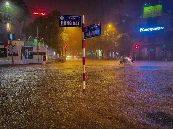 Ảnh, clip: Mưa dông gió giật kèm sấm chớp kinh hoàng ập xuống giờ tan tầm, Hà Nội ngập khắp các tuyến đường-39