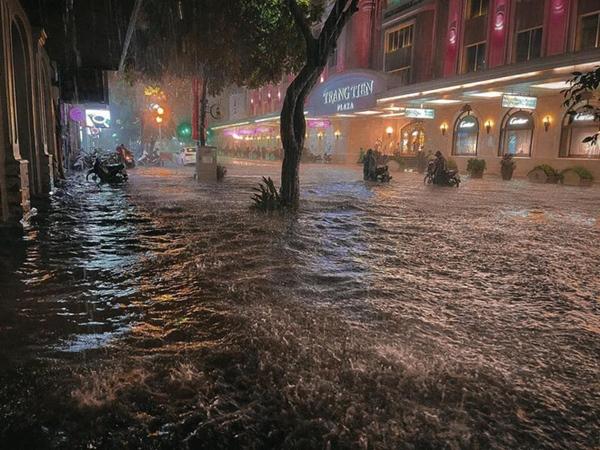 Ảnh, clip: Mưa dông gió giật kèm sấm chớp kinh hoàng ập xuống giờ tan tầm, Hà Nội ngập khắp các tuyến đường-40