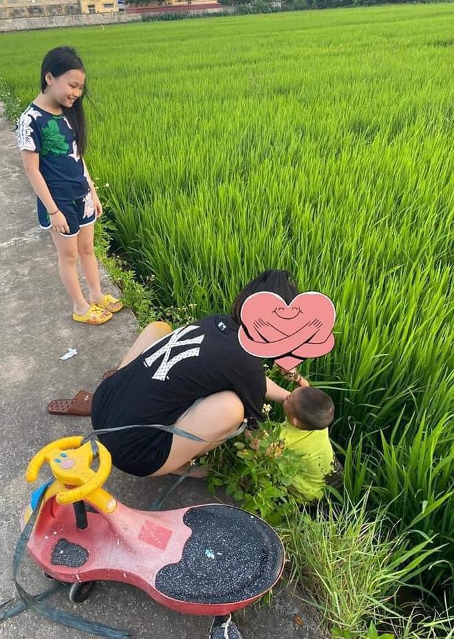 Được chị dắt đi chơi, cậu bé ngã lộn cổ xuống ruộng, hình ảnh sau đó khiến người ta không nhịn được cười-5