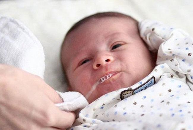 Bé trai đang ngồi chơi bỗng dưng mắt lờ đờ, sữa trào ra từ mũi và miệng, cảnh báo hiện tượng nguy hiểm tính mạng-1