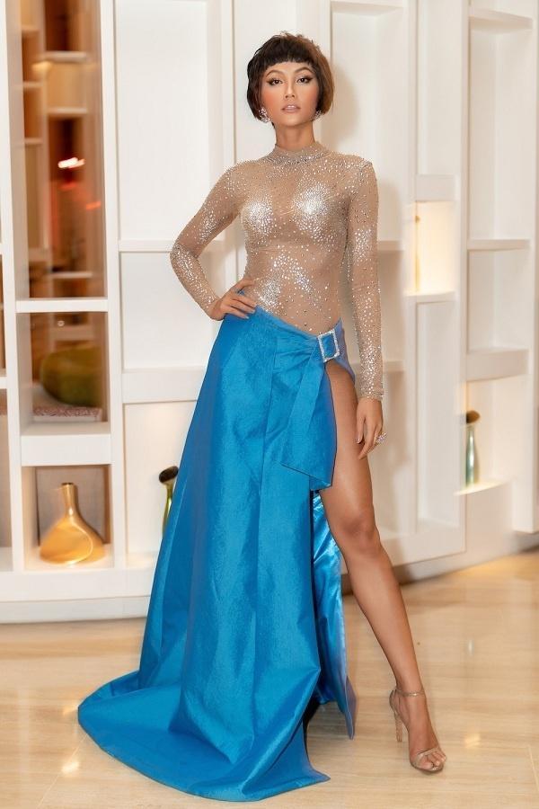 6 người đẹp Việt khiến cư dân mạng thót tim vì diện váy xẻ quá cao-10