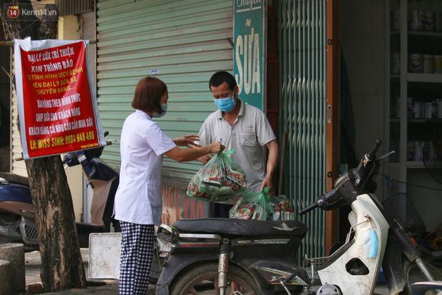 Hà Nội: Phong tỏa xóm ung thư để phòng Covid-19, ấm lòng những gói quà thiện nguyện-6
