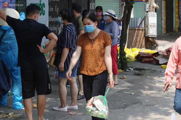 Hà Nội: Phong tỏa xóm ung thư để phòng Covid-19, ấm lòng những gói quà thiện nguyện-7