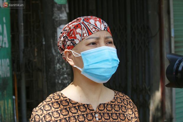 Hà Nội: Phong tỏa xóm ung thư để phòng Covid-19, ấm lòng những gói quà thiện nguyện-10
