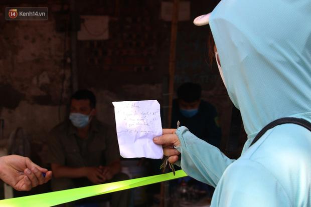 Hà Nội: Phong tỏa xóm ung thư để phòng Covid-19, ấm lòng những gói quà thiện nguyện-15