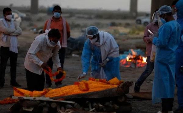 Clip sốc: Thi thể nạn nhân Covid-19 bị nhân viên xe cứu thương đẩy xuống sông Ấn Độ-2