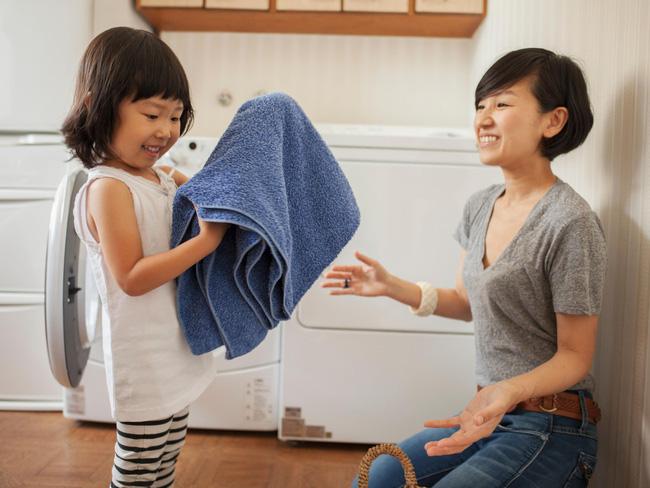 Gợi ý 22 việc nhà phù hợp với trẻ mọi lứa tuổi, bố mẹ vừa nhàn lại tạo lập thói quen tốt cho con-3