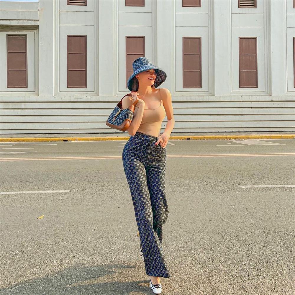 Hà Hồ khoe eo bé tí trong street style mới, nhưng khoảnh khắc lộ dây áo lót là xấu hay đẹp?-6