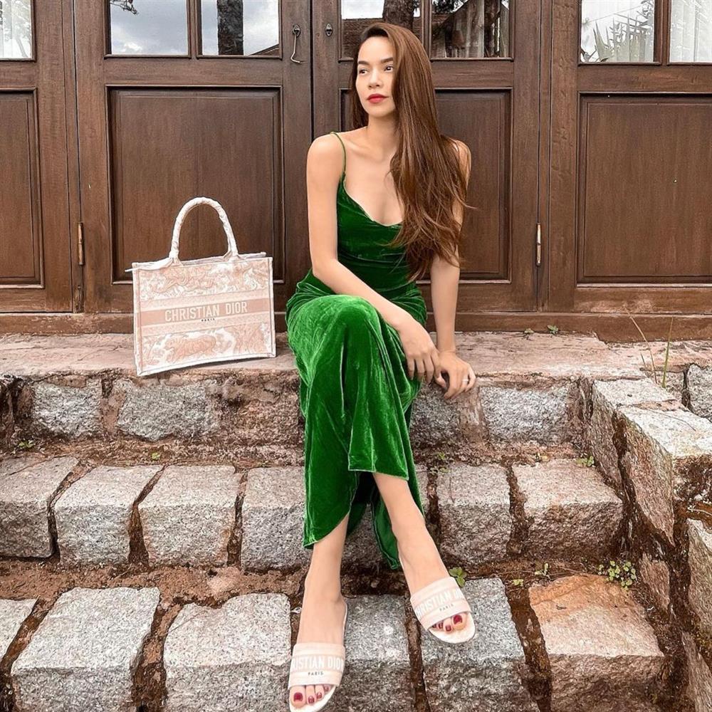 Hà Hồ khoe eo bé tí trong street style mới, nhưng khoảnh khắc lộ dây áo lót là xấu hay đẹp?-7