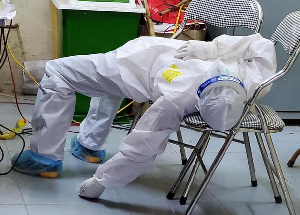 Nữ nhân viên y tế ngất xỉu khi lấy mẫu xét nghiệm Covid-19 ở Bắc Ninh: Mồ hôi nhiều đến mức ướt hết quần áo, như người mới ở dưới nước lên-2