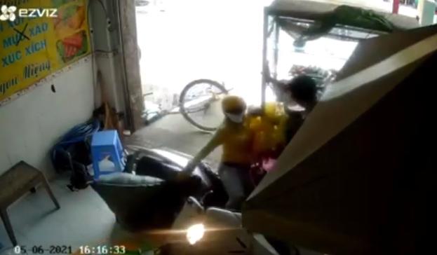 Người phụ nữ lao xe máy vào cửa hàng bên đường, tiếng va chạm chói tai khiến ai cũng kinh hãi-1