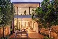 Ngôi nhà nhỏ với khu vườn ở sân sau mang đến bầu không khí hòa mình với thiên nhiên, thuận tiện vui chơi thả ga dịp cuối tuần