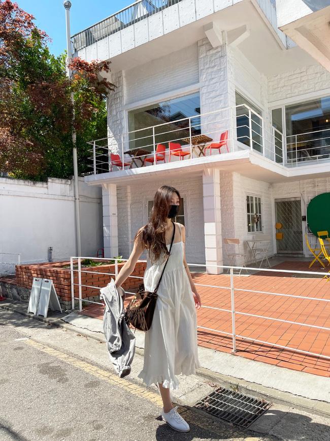 Để diện váy hai dây xịn đẹp level cao nhất, chị em hãy ngắm 12 set đồ này của gái Hàn-12
