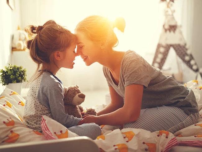 Con gái hỏi: Sao tối đi ngủ con nằm giữa bố mẹ, mà sáng dậy toàn nằm ngoài? Câu trả lời của ông bố khiến dân tình cười đau ruột-1