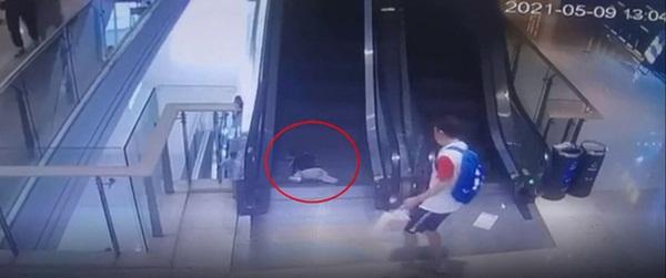 Bố mải buộc dây giày, bé trai 1 tuổi ngã sấp mặt vào thang cuốn trung tâm mua sắm, 3 ngón tay bị kẹt đứt lìa-2