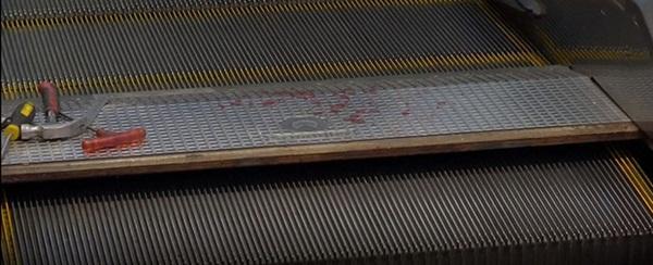 Bố mải buộc dây giày, bé trai 1 tuổi ngã sấp mặt vào thang cuốn trung tâm mua sắm, 3 ngón tay bị kẹt đứt lìa-4