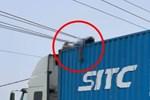 Trèo lên gỡ dây điện, khoảnh khắc tài xế bị giật tử vong trên thùng container khiến ai cũng rụng rời