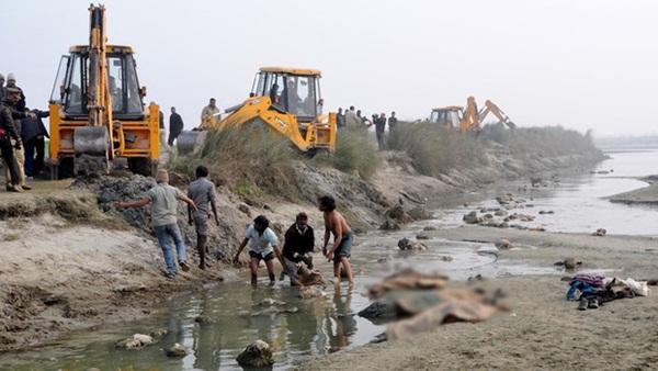Sau vụ xác chết trôi dạt trên sông Hằng, Ấn Độ tiếp tục phát hiện hàng chục thi thể vô danh bị chôn vùi dưới cát-2