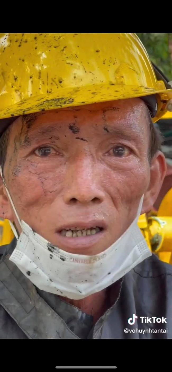 Người đàn ông làm nghề móc cống hơn 30 năm tại Sài Gòn bất ngờ nói một câu về thói quen xấu của rất nhiều người, khiến ai xem xong cũng phải giật mình rồi bật khóc-2