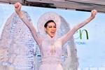 Khánh Vân bất ngờ gặp sự cố khi đang trình diễn Quốc phục ở với Miss Universe, pha xử lý đỉnh cao khiến ai cũng nức nở tự hào