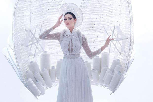 Khánh Vân bất ngờ gặp sự cố khi đang trình diễn Quốc phục ở với Miss Universe, pha xử lý đỉnh cao khiến ai cũng nức nở tự hào-4