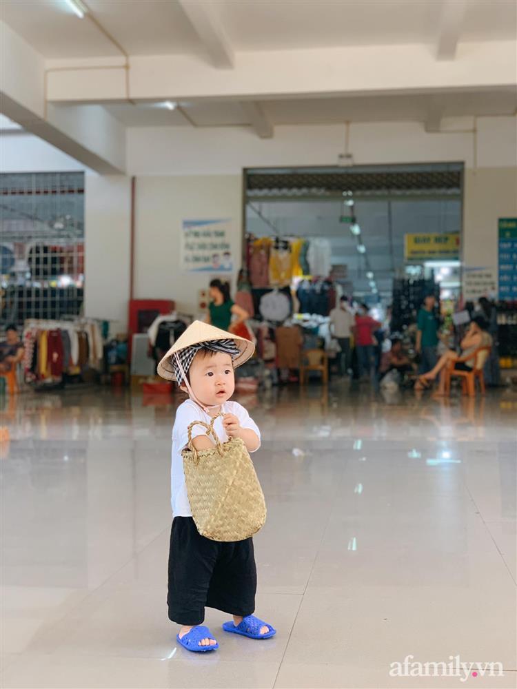 Bộ ảnh chị Bảy đi chợ của bé gái 1 tuổi khiến dân tình cười mệt, mặt biểu cảm mặn như bể muối trông cưng gì đâu-1
