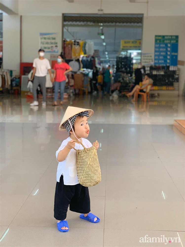 Bộ ảnh chị Bảy đi chợ của bé gái 1 tuổi khiến dân tình cười mệt, mặt biểu cảm mặn như bể muối trông cưng gì đâu-2