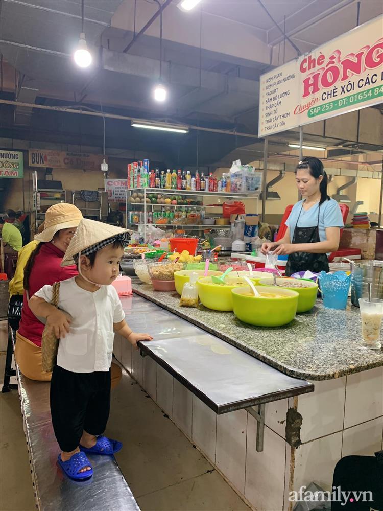 Bộ ảnh chị Bảy đi chợ của bé gái 1 tuổi khiến dân tình cười mệt, mặt biểu cảm mặn như bể muối trông cưng gì đâu-3