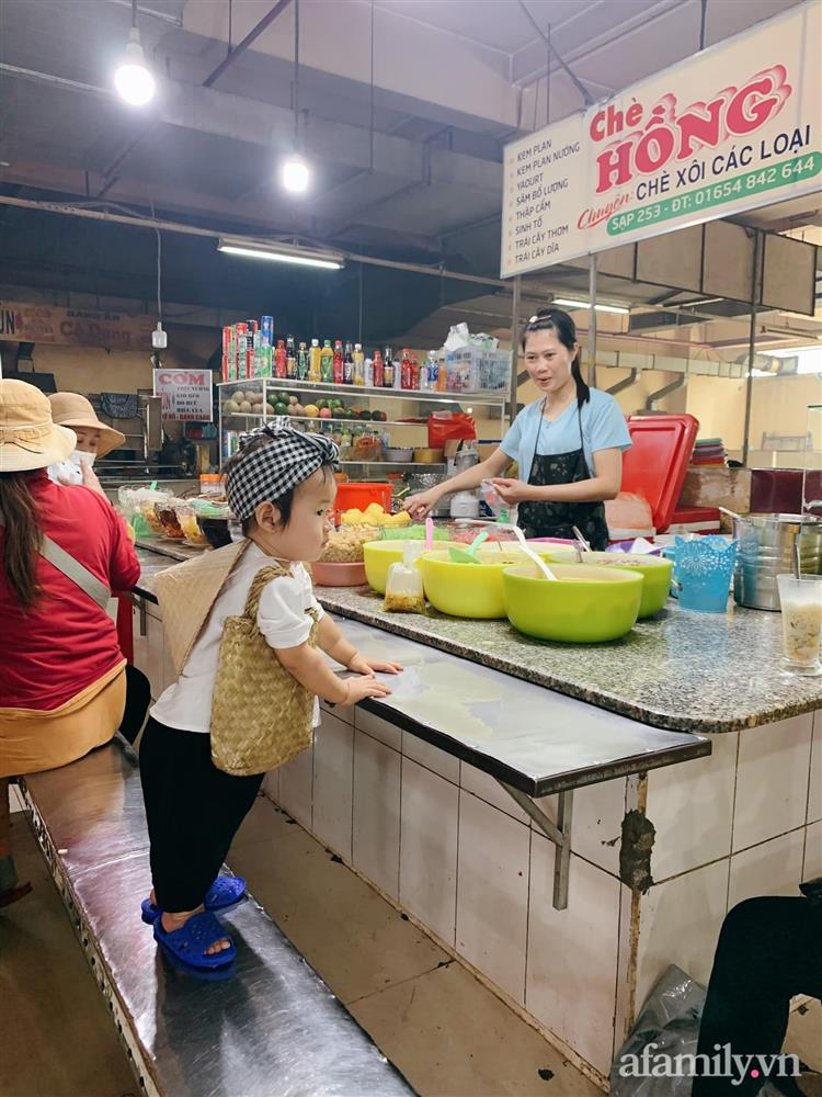 Bộ ảnh chị Bảy đi chợ của bé gái 1 tuổi khiến dân tình cười mệt, mặt biểu cảm mặn như bể muối trông cưng gì đâu-4