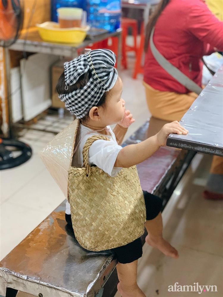 Bộ ảnh chị Bảy đi chợ của bé gái 1 tuổi khiến dân tình cười mệt, mặt biểu cảm mặn như bể muối trông cưng gì đâu-6