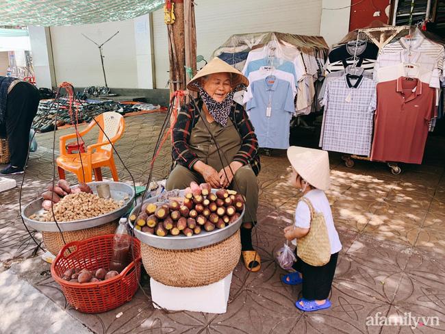 Bộ ảnh chị Bảy đi chợ của bé gái 1 tuổi khiến dân tình cười mệt, mặt biểu cảm mặn như bể muối trông cưng gì đâu-8