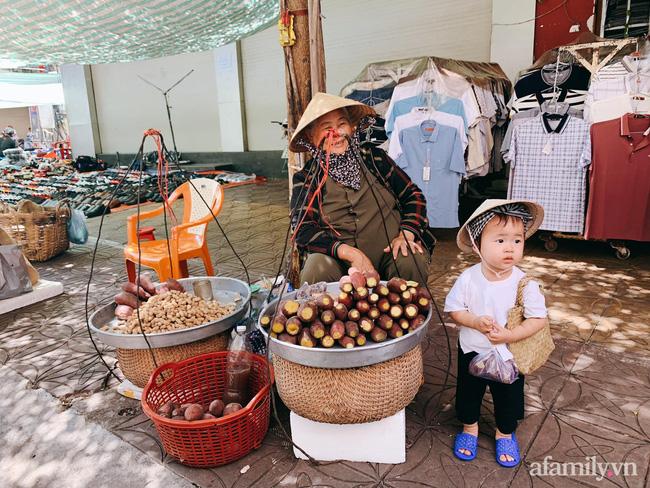 Bộ ảnh chị Bảy đi chợ của bé gái 1 tuổi khiến dân tình cười mệt, mặt biểu cảm mặn như bể muối trông cưng gì đâu-9