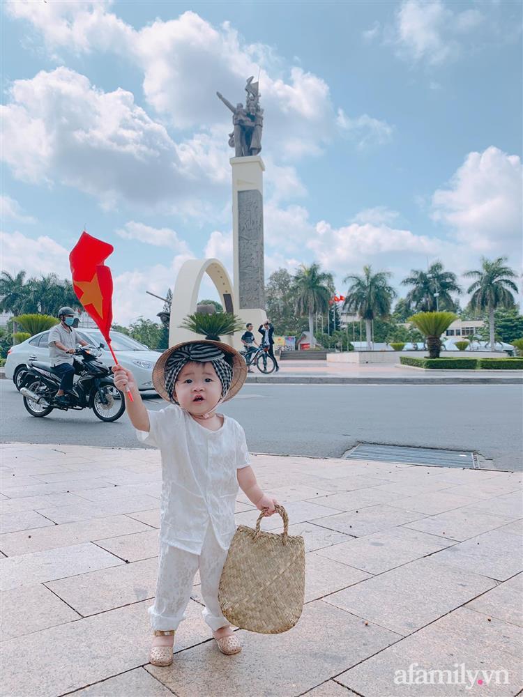 Bộ ảnh chị Bảy đi chợ của bé gái 1 tuổi khiến dân tình cười mệt, mặt biểu cảm mặn như bể muối trông cưng gì đâu-10