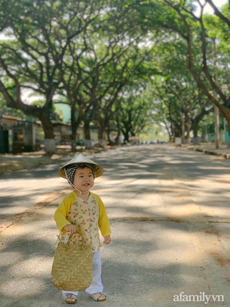 Bộ ảnh chị Bảy đi chợ của bé gái 1 tuổi khiến dân tình cười mệt, mặt biểu cảm mặn như bể muối trông cưng gì đâu-12
