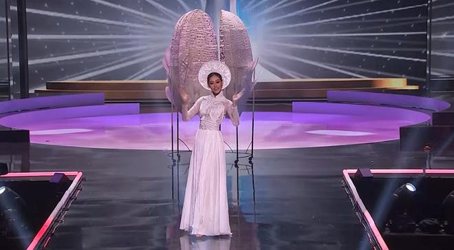 HHen Niê gây tranh cãi vì có hành động kém tinh tế khi Khánh Vân tỏa sáng trên sân khấu Miss Universe-1
