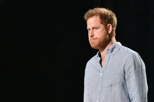 Harry dội gáo nước lạnh lên Thái tử Charles cùng vợ chồng Nữ hoàng Anh: Bố đối xử với tôi theo cách ông ấy đã được đối xử-1