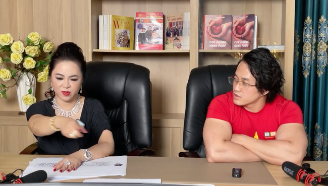 Dằn mặt cực gắt: Bà Phương Hằng xin lại sách Giáo dục công dân và Đạo đức mà dàn nghệ sĩ tặng Gymer Duy Nguyễn vì xúc phạm cố danh hài Chí Tài để trao lại cho con trai Hoài Linh-4
