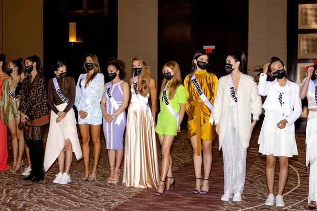 """Bán kết Miss Universe 2020: Khánh Vân trổ tài catwalk cực đỉnh trong váy dạ hội nổi bần bật chặt đẹp"""" đối thủ, loạt nàng hậu gặp sự cố!-29"""