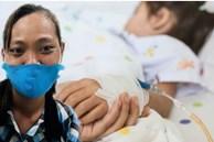 Hình ảnh người mẹ với đôi mắt đỏ ngầu, vượt 200km bằng xe máy đưa con đi khám bệnh và câu chuyện lấy đi nước mắt của bao người
