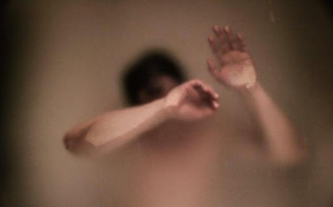 Níu kéo tình cảm không thành, nam thanh niên tung clip bạn gái đang tắm lên Facebook-1